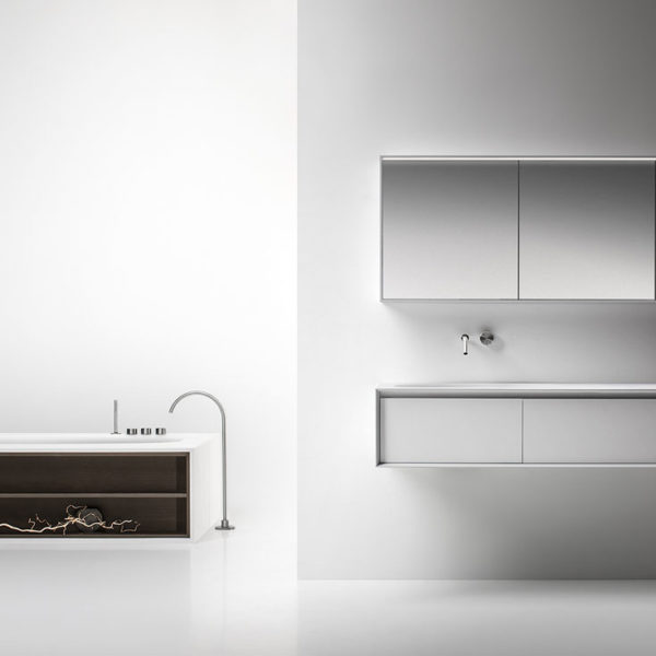 Falper-Paris_meuble vasque suspendu et armoire de toilette Shape Evo, baignoire Vascamisura