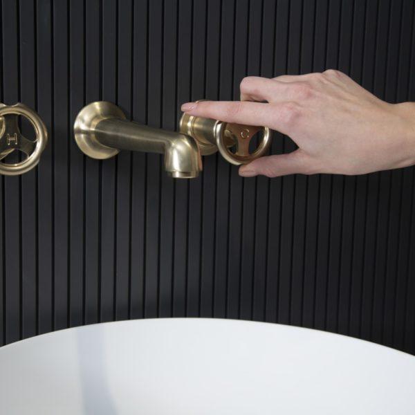 Lefroy Brooks_mélangeur lavabo mural Ten ten doré satiné